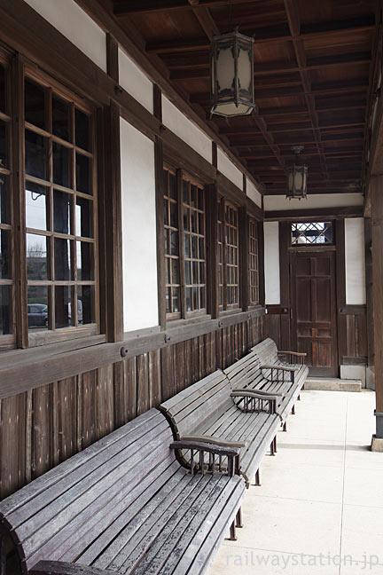大正築の旧大社駅舎、ベンチと窓枠は木、和風のランプ