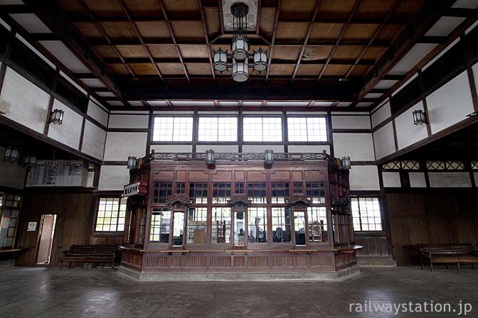 大社線・大社駅、神々しい駅舎内部と芸術品のような出札口(切符売場)