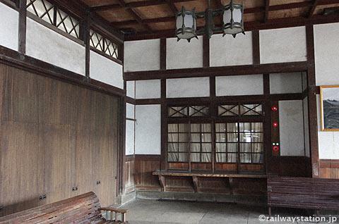 大社線・大社駅の木造駅舎、手小荷物窓口