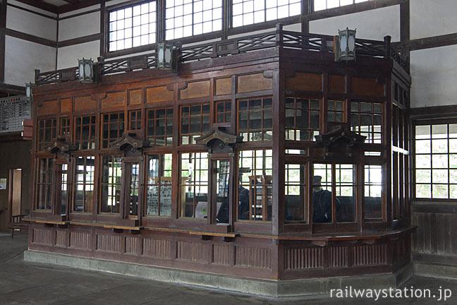 大社線、重文となった和風駅舎がある大社駅。厨子のような切符売場