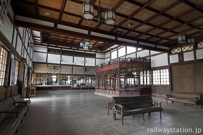大社線・大社駅の和風木造駅舎、広々としたコンコース