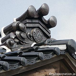 大社線・大社駅の駅舎、国鉄の動輪マーク付きの鬼瓦