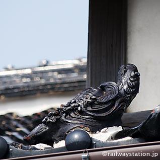 大社線・大社駅の駅舎、屋根瓦には動物の瓦が置かれる