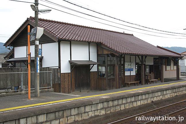 JR西日本・建部駅の木造駅舎、ホーム側の風景