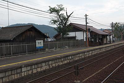 JR津山線・建部駅、木造駅舎と隣接する木造建築