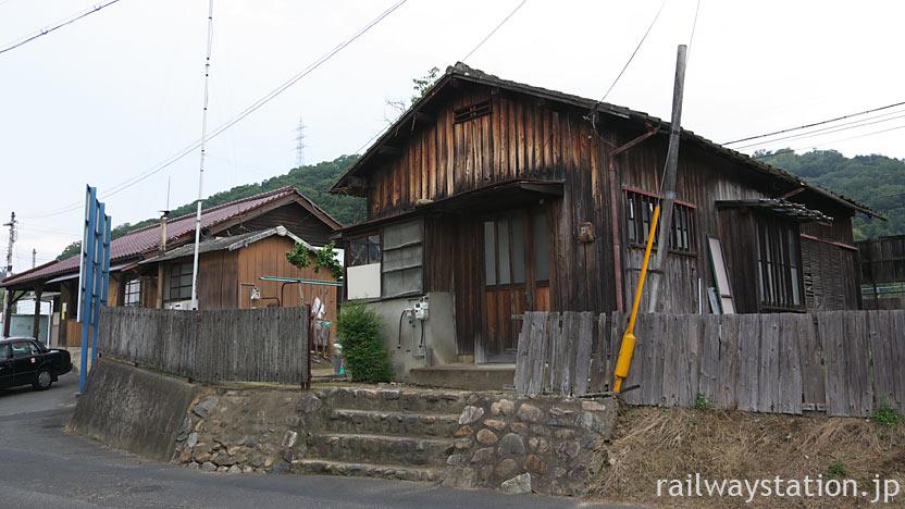 JR津山線・建部駅、駅舎(駅本屋)に隣接する木造の駅員宿舎