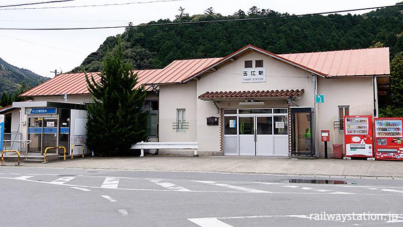 山陰本線、萩市内の駅・玉江駅のモダンな木造駅舎