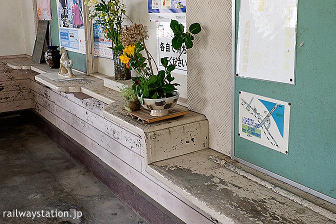 山陰本線・玉江駅の木造駅舎、窓口跡カウンターの造りが