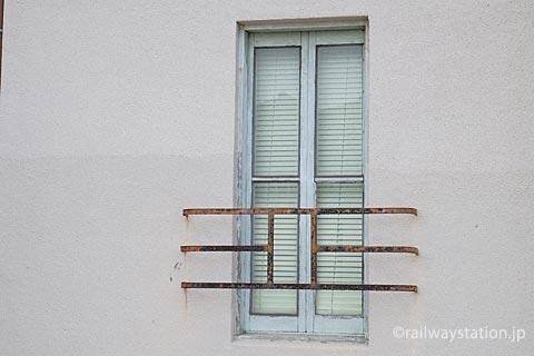 山陰本線・玉江駅の木造駅舎、木枠の窓と洒落た柵