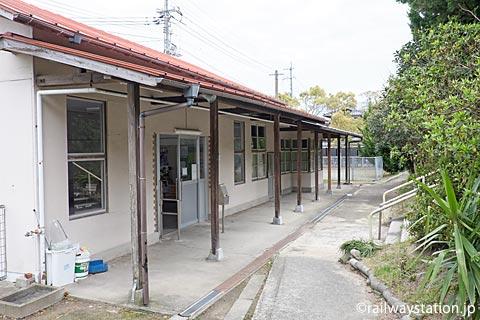 山陰本線・玉江駅の木造駅舎、ホーム側