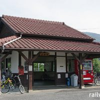 JR津山線・玉柏駅、半分に削られたが昔ながらの木造駅舎の雰囲気