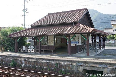 岡山市北区、津山線玉柏駅の木造駅舎ホーム側