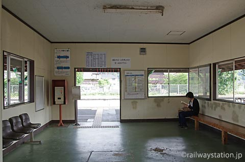 JR西日本・津山線・玉柏駅、駅舎内の完全に改修された待合室