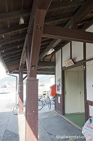 JR津山線・玉柏駅の駅舎、古い木造部分の軒と柱