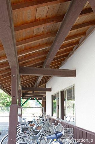 JR津山線・玉柏駅、削られた部分に再構築された木造の軒と柱