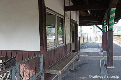 JR津山線・玉柏駅の木造駅舎ホーム側、木の造りつけベンチ