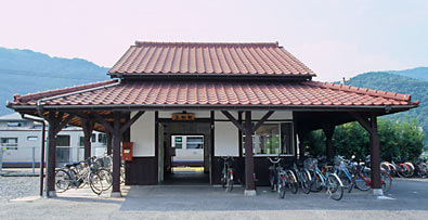 JR津山線・玉柏駅、半分の大きさに減築された木造駅舎