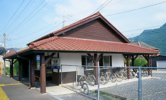 JR津山線・玉柏駅、改修後も古き良き木造駅舎の趣き