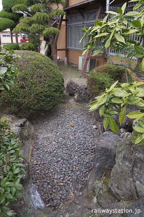 関西本線・草津線の柘植駅の枯れた池
