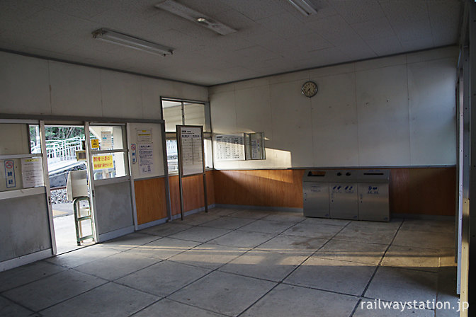 JR北陸本線・牛ノ谷駅の木造駅舎、改修された待合室