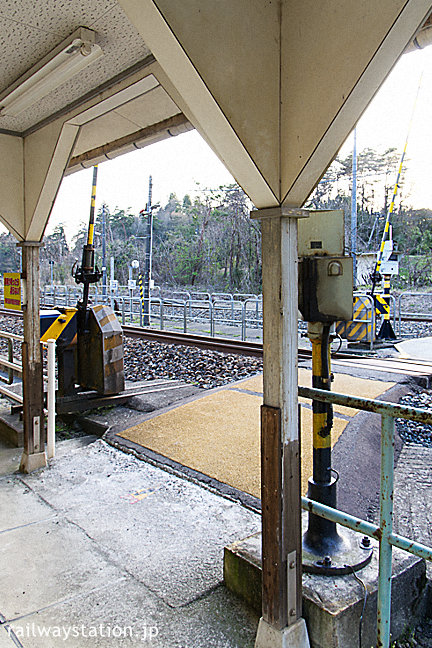 JR北陸本線・牛ノ谷駅、古い木造駅舎らしい柱が残る