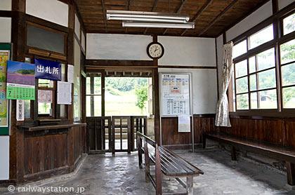 JR木次線・八川駅の木造駅舎、昔の趣の待合室