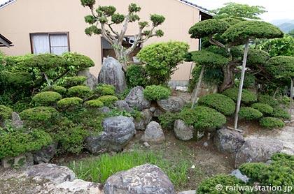 JR西日本・木次線・八川駅、枯れた池のある庭園