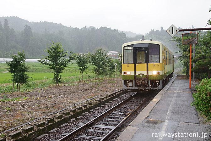 木次線キハ120形の普通列車、八川駅に到着