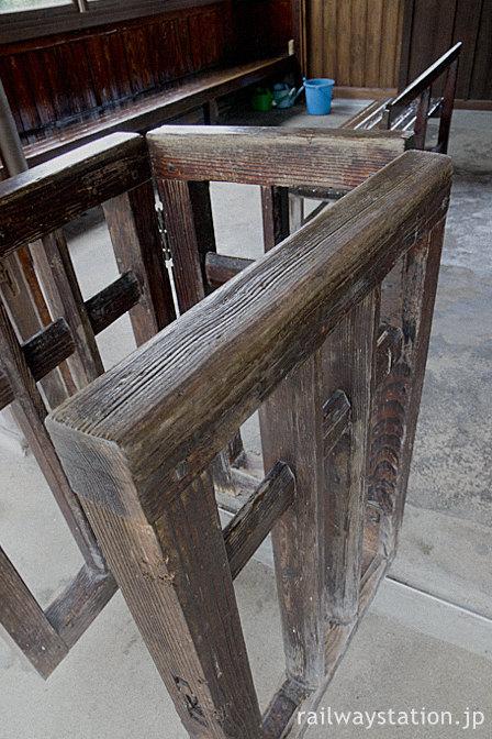 JR木次線・八川駅の木造駅舎、古びた木製改札口