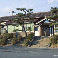 JR西日本・山陽本線・四辻駅、植込みが印象的な木造駅舎