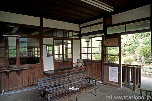 山陰本線・湯里駅、改札口、ベンチ、窓口… 木の世界