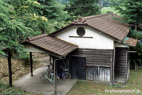 JR西日本・山陰本線・湯里駅の木造駅舎、側面