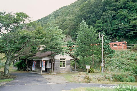 山陰本線・湯里駅、昔ながらの木造駅舎と国鉄色気動車
