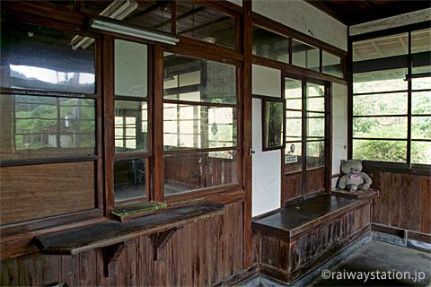 山陰本線・湯里駅、無人駅となっても残る窓口跡(出札口、手小荷物窓口)