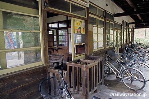 山陰本線・湯里駅の木造駅舎、木のままの改札口、窓枠...