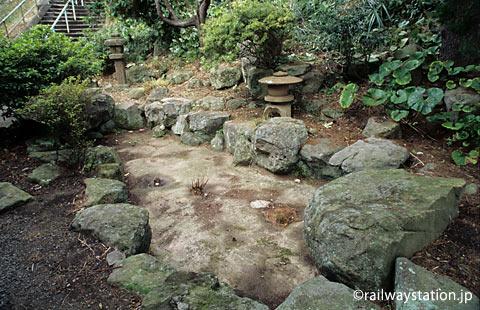 山陰本線・湯里駅、枯れた池がある日本庭園跡
