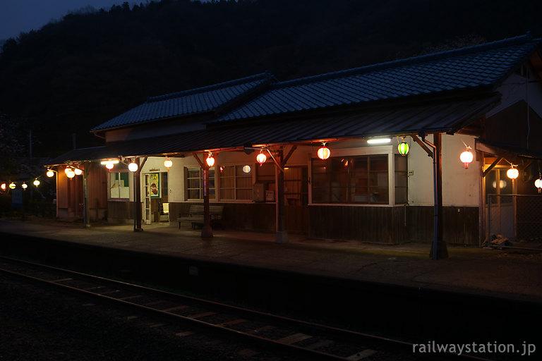 三江線・川平駅、古い木造駅舎に巡らされた提灯