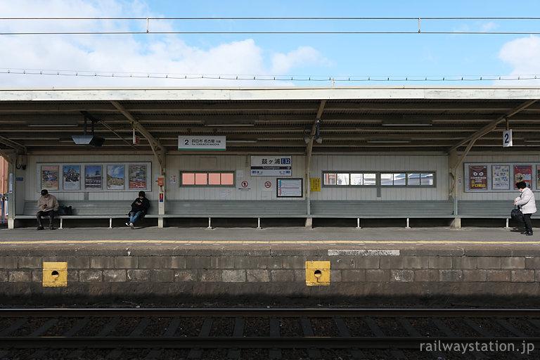 近鉄名古屋本線・鼓ヶ浦駅、2番線の長い木製ベンチ