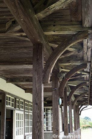 国鉄日中線・熱塩駅(現・日中線記念館)。駅舎ホーム側の木の軒柱