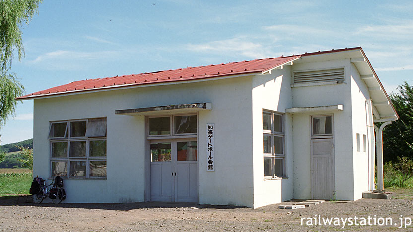 国鉄・湧網線・知来駅、廃線10年後も残る木造駅舎