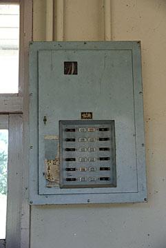 国鉄・湧網線跡・知来駅の木造駅舎、待合室の分電盤