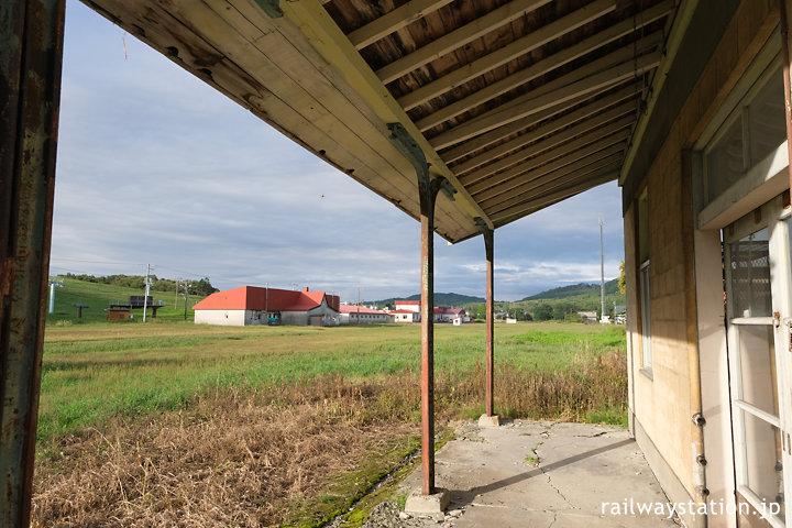 万字線・朝日駅、古レールが軒を支える駅舎ホーム側
