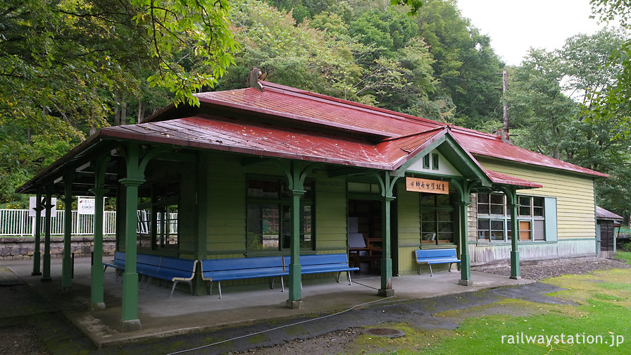 国鉄函館本線旧線、神居古潭駅跡に復原された木造駅舎