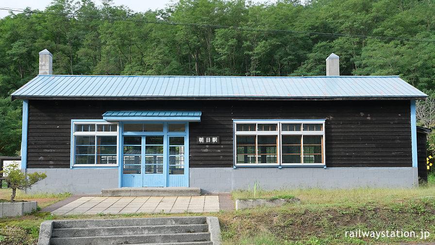 国鉄万字線・朝日駅、廃線後も保存される木造駅舎
