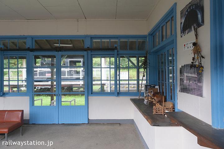 国鉄万字線・朝日駅舎、内部の窓口跡