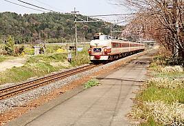 東海道本線・新垂井駅跡を通過する485系ボンネット車の特急しらさぎ