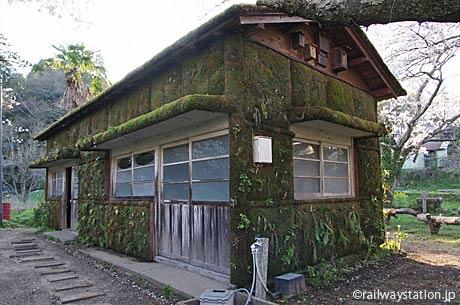 月崎駅構内に残る木造の詰所跡、苔がびっしりと絡み付く。