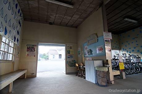 小湊鉄道・月崎駅の木造駅舎、待合室と駅事務室跡