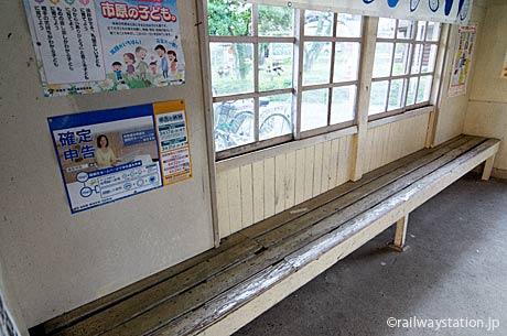 小湊鉄道・月崎駅の待合室、古い造り付けの木造ベンチ