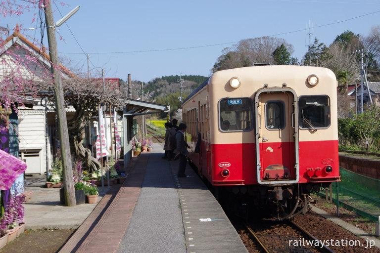 小湊鐡道・養老渓谷駅、古い駅舎とレトロな車両・キハ200形気動車